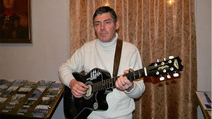 Валерий Бессарабский с гитарой