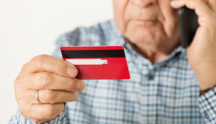банковская карта в руках