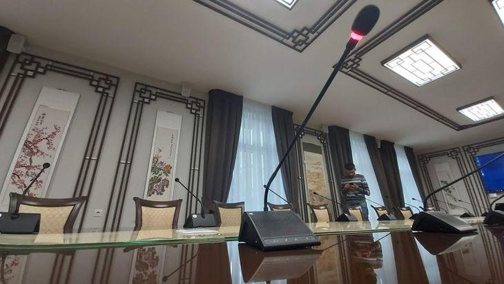 микрофон в конференцзале